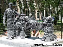 Подготовка скульптурной композиции, посвященной промышленникам Фото Сергея КРЫЛОВА